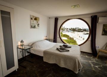 Double room with round window