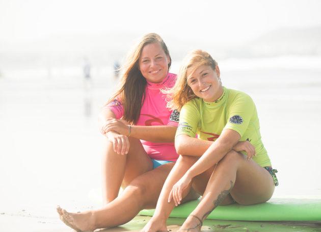 Zwei junge Frauen auf einem Softtop