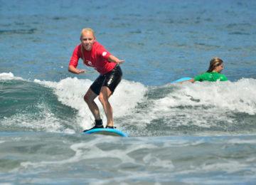 Anfängerin auf dem Surfbrett
