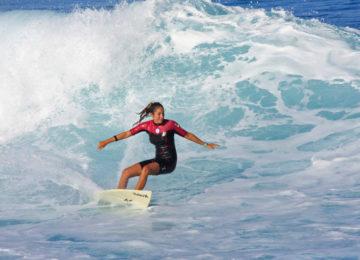 Surferin in Welle
