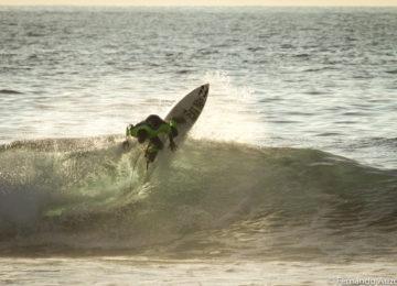 Surfer macht einen Top Turn