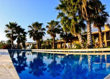 Unterkunft von aussen mit Pool
