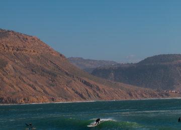 Eine Person surft die a-Frame Welle