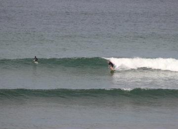Ein Surfer reitet eine rechte Welle
