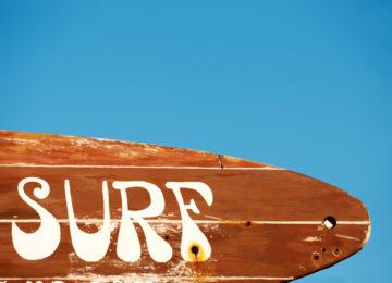 Das Wort Surf auf einem Holzschild