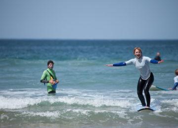 Beginner und Coach im Wasser