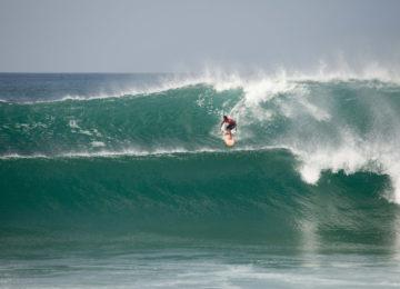 Surfer in grosser Welle