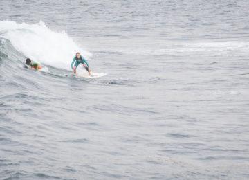 Surferin reitet eine Welle