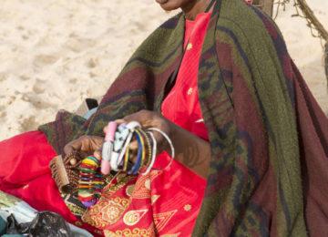 Einheimische Verkäuferin am Strand