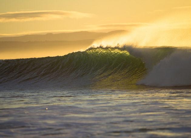Schöne Welle in der Abendsonne