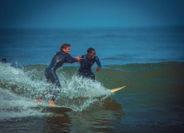 Bizuka und Bruno beim Surfen