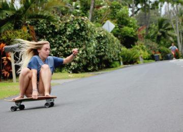 Skaterin mit Carver Turn