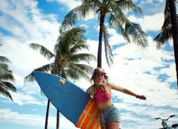 Skaterin mit Surfboard