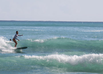 Surferin auf Oahu in Hawaii