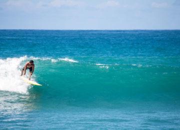 Surfer auf Hawaii in Linkswelle