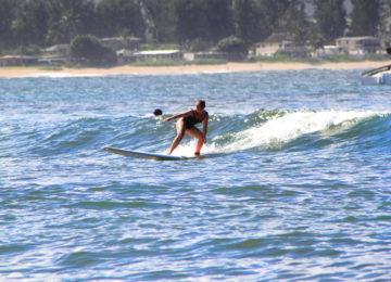 Surferin im Surfkurs