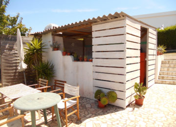Outdoor kitchen with seating area in the surf camp