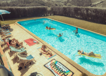 Schwimmende Personen im Pool
