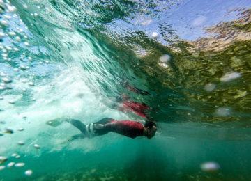 Mann unter Wasser mit Flossen