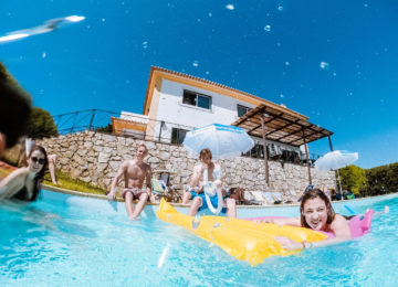 Personen im Pool mit Luftmatraze