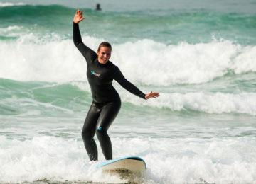 Surfanfängerin auf dem Surfbrett
