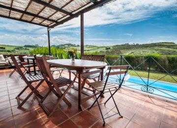 Terrasse vor dem Surfhaus mit Sicht auf Pool
