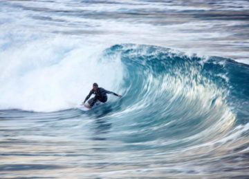 Surfer am Fusse einer Welle