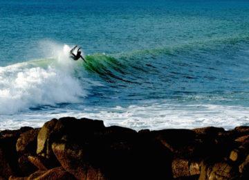 Surfer an der Lippe der Welle