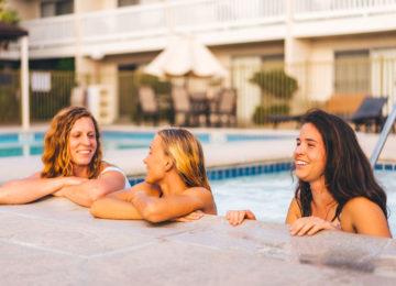 Gäste im Pool