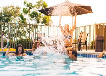 Gäste im Hotel Pool