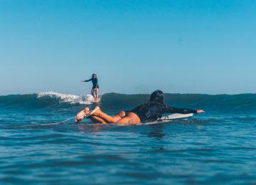 Zwei Surferinnen im Wasser