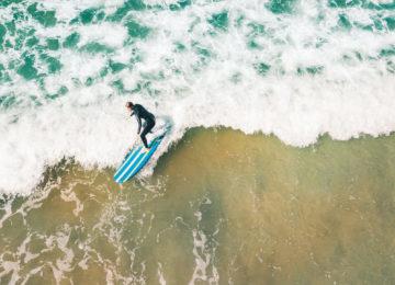 Gast während Surfkurs