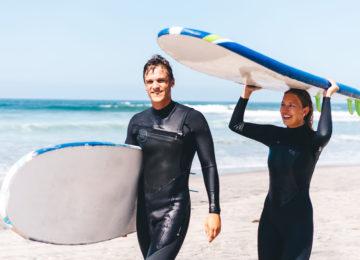 Glückliche Gäste beim Surfkurs