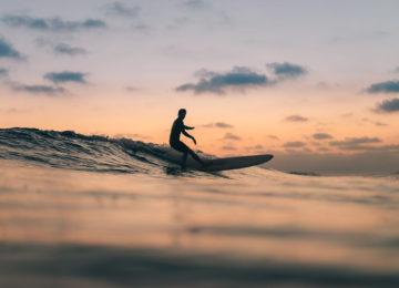 Longboarder bei Sonnenuntergang