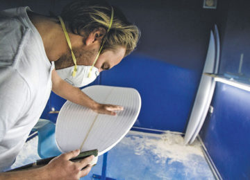 Shaper during the shape of a surfboard
