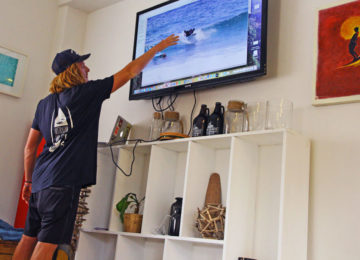 Surfcoach analyzes the wave after the surf course