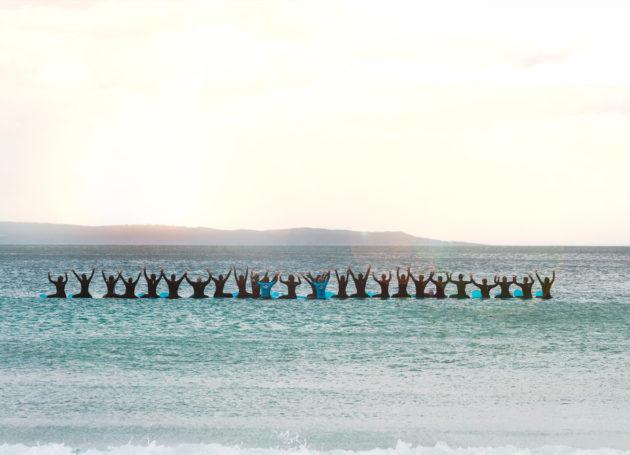 Gruppenbild der Surfer im Wasser
