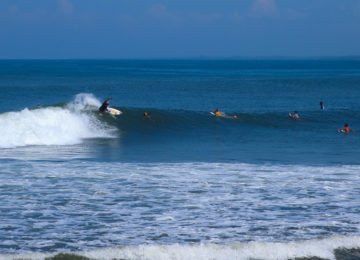 Surfer mit Turn in Medewi Bali