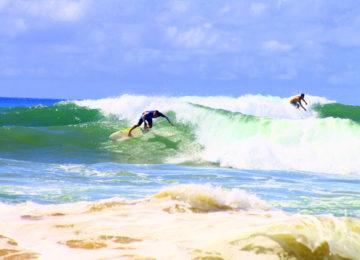 Campleiter Beto mit Turn beim Surfen