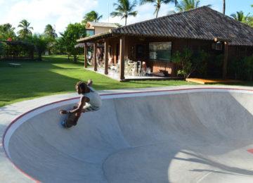 Skater in Skatebowl im Sudden Rush Bahia Surfcamp