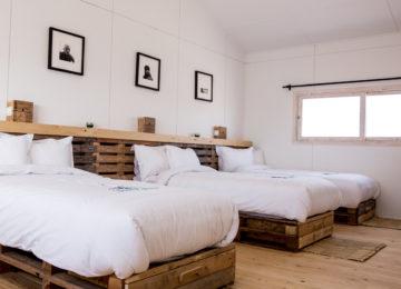 Ein Schlafzimmer mit drei Einzelbetten