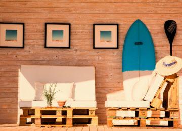 Der Balkon vor der Unterkunft mit Sofa und Surfbrett