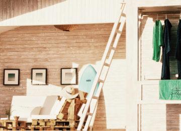 Terrasse der Unterkunft mit Sofa und Hängestange für Neoprenanzug