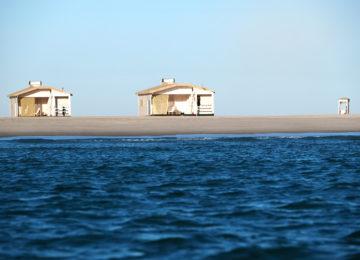 Zwei Bungalows vom Meer betrachtet