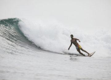 Surfer mit Bottom Turn in Indonesien