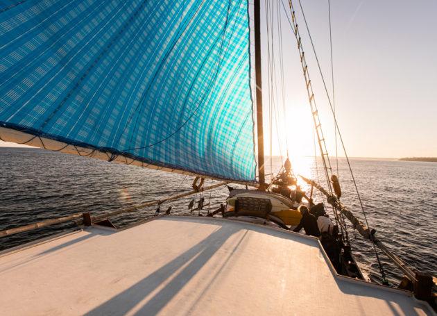Sonnenuntergang vom Deck mit Segel