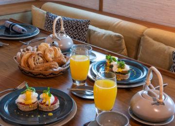 Frühstück auf dem Luxus Surf Charter