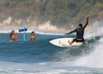 Surfer mit Frontside Turn in Lombok