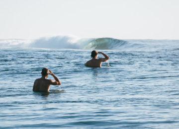 Surfer warten aufs nächste Set