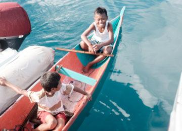 Jungs in Papua auf ihrem Kanu